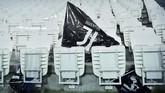 Bendera Juventus ditinggal suporter Bianconeri di Stadion Allianz setelah pertandingan usai. Gagal di Eropa, Juventus hampir pasti menjadi juara di Liga Italia. (REUTERS/Massimo Pinca)