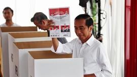 Berbaju Putih, Jokowi Plong Usai Mencoblos Pemilu 2019