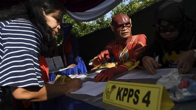 Sementara TPS 5 Pondok Benowo Indah mengambil tema super hero di Surabaya, Jawa Timur. Petugas pun tak ragu menggunakan kostum 'pahlawan' seperti Flash. (ANTARA FOTO/Zabur Karuru)