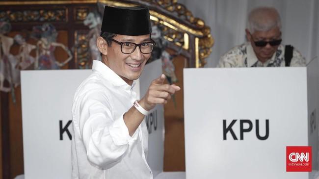 Cawapres nomor urut 02, Sandiaga Uno mengaku lega usai memberikan hak pilihnya di TPS 002, Kebayoran Baru bersama istri, Noor Asiah Uno.(CNNIndonesia/Safir Makki)