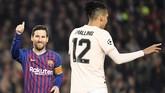 Lionel Messi tersenyum didekat bek Manchester United Chris Smalling. Messi sukses membalas dendam terhadap Smalling yang membuatnya berdarah-darah di leg pertama. (LLUIS GENE / AFP)