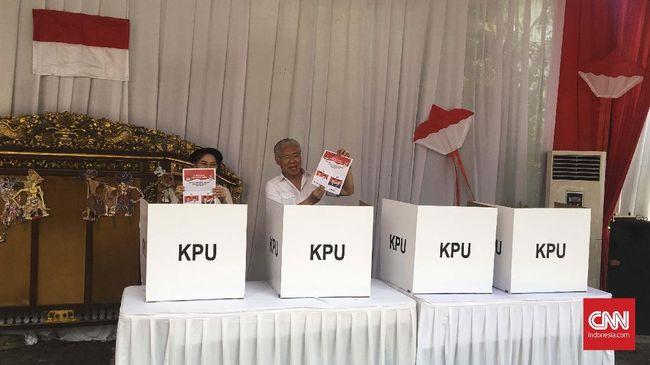 Menteri-menteri Ekonomi Jokowi ke TPS Berbaju Putih