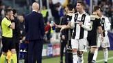 Usai wasit Clement Turpin memastikan tidak ada pelanggaran kepada Joel Veltman dan mengesahkan gol, Ronaldo meluapkan perasaan senang di dekat bangku cadangan. (REUTERS/Massimo Pinca)