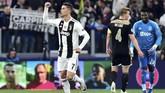 Cristiano Ronaldo menanduk bola masuk ke gawang Ajax pada menit ke-28, namun wasit membutuhkan bantuan video assistant referee untuk menentukan keabsahan gol lantaran Joel Veltman terjatuh dalam proses gol tersebut. (REUTERS/Massimo Pinca)