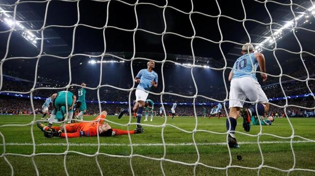 Di masa injury time, Manchester City mencetak gol kelima yang akan mengantar mereka ke babak semifinal lewat hattrick Raheem Sterling. Pemain Tottenham sudah terlihat kecewa. (REUTERS/Phil Noble)