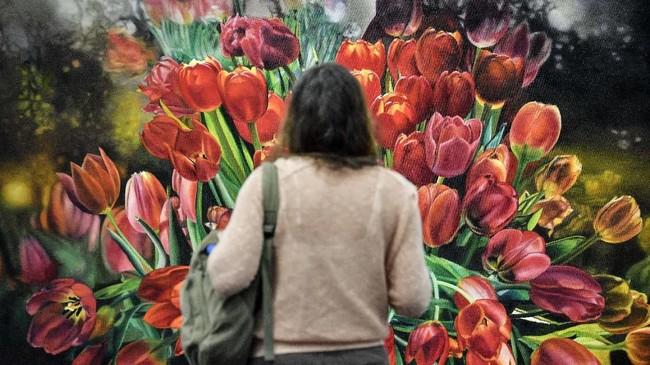 Seorang pengunjung melihat karya seniman Karin Keneffel di festival seni di Cologne, German. Festival itu sudah diadakan sejak 1967 silam dan digelar setiap tahun. (AP Photo/Martin Meissner)