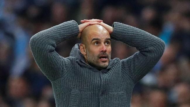 Pep Guardiola seolah tak percaya dengan kenyataan itu. Timnya gagal lolos ke semifinal Liga Champions karena hanya menang 4-3 dan kalah dalam agresivitas gol tandang. (REUTERS/Phil Noble)