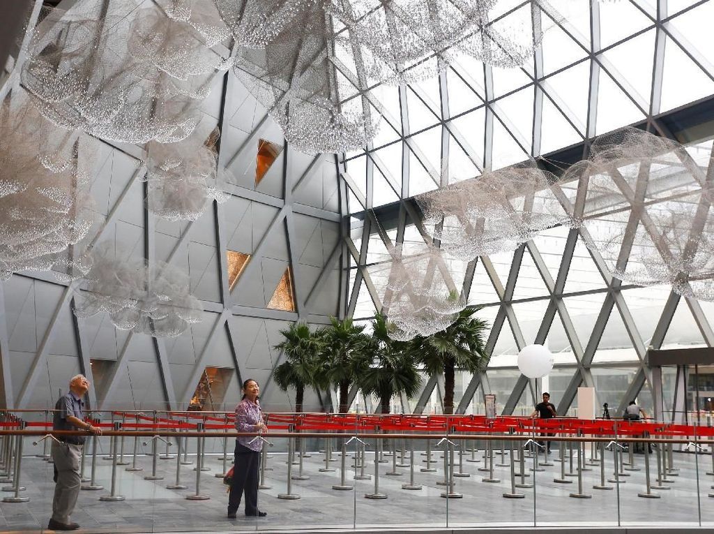 Tak sedikit dari Orang-orang yang mengamati instalasi seni di dalam Bandara Jewel Changi di Singapura.