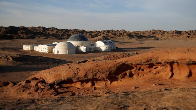 Simulasi C-Space Project Mars terlihat dari kejauhan Gurun Gobi, China. (REUTERS/Thomas Peter)