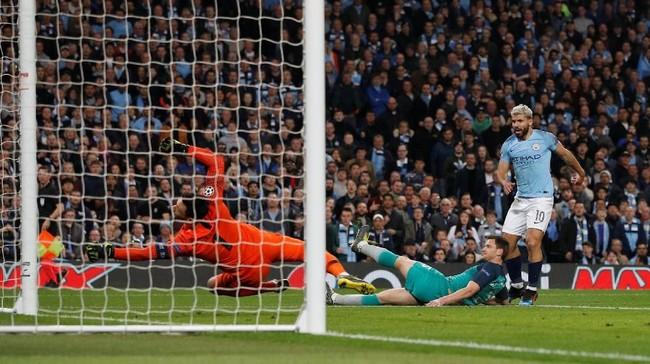 Dengan kondisi butuh satu gol, Manchester City sukses mencetak gol keempat lewat tembakan Sergio Aguero di menit ke-59. (REUTERS/Phil Noble)
