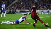 Setelah absen di leg pertama, Pepe diharapkan mampu menjaga lini pertahanan Porto dari kebobolan. Mantan bek Real Madrid itu justru bermain buruk, mendapat kartu kuning, dan Porto harus kebobolan empat gol. (Paul ELLIS / AFP)