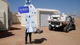 Anggota staf simulasi hidup di Mars membuat tanda berbentuk jas luar angkasa di pangkalan simulasi C-Space Project Mars di Gurun Gobi, Provinsi Gansu, China. (REUTERS/Thomas Peter)