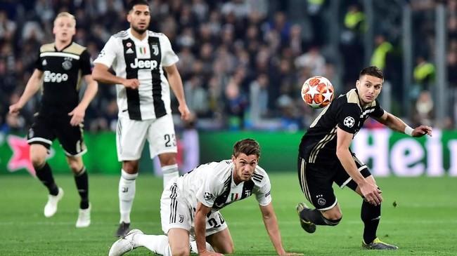 Daniele Rugani kembali dipercaya menjadi pengganti Giorgio Chiellini. Namun, bek asli binaan Juventus itu gagal membendung Ajax mencetak dua gol. (REUTERS/Massimo Pinca)