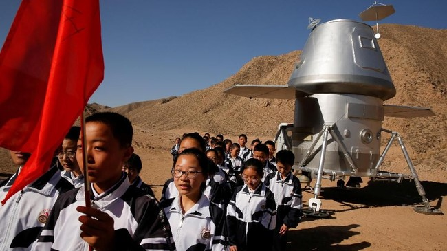 Siswa meninggalkan kapsul ruang angkasa tiruan setelah pelajaran hidup di Mars di pangkalan simulasi C-Space Project Mars. (REUTERS/Thomas Peter)