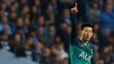 Tottenham Hotspur lalu membalas dengan cepat. Son Heung-min mencetak dua gol dan Tottenham Hotspur sudah berbalik unggul 2-1 di menit ke-10. (REUTERS/Andrew Yates)