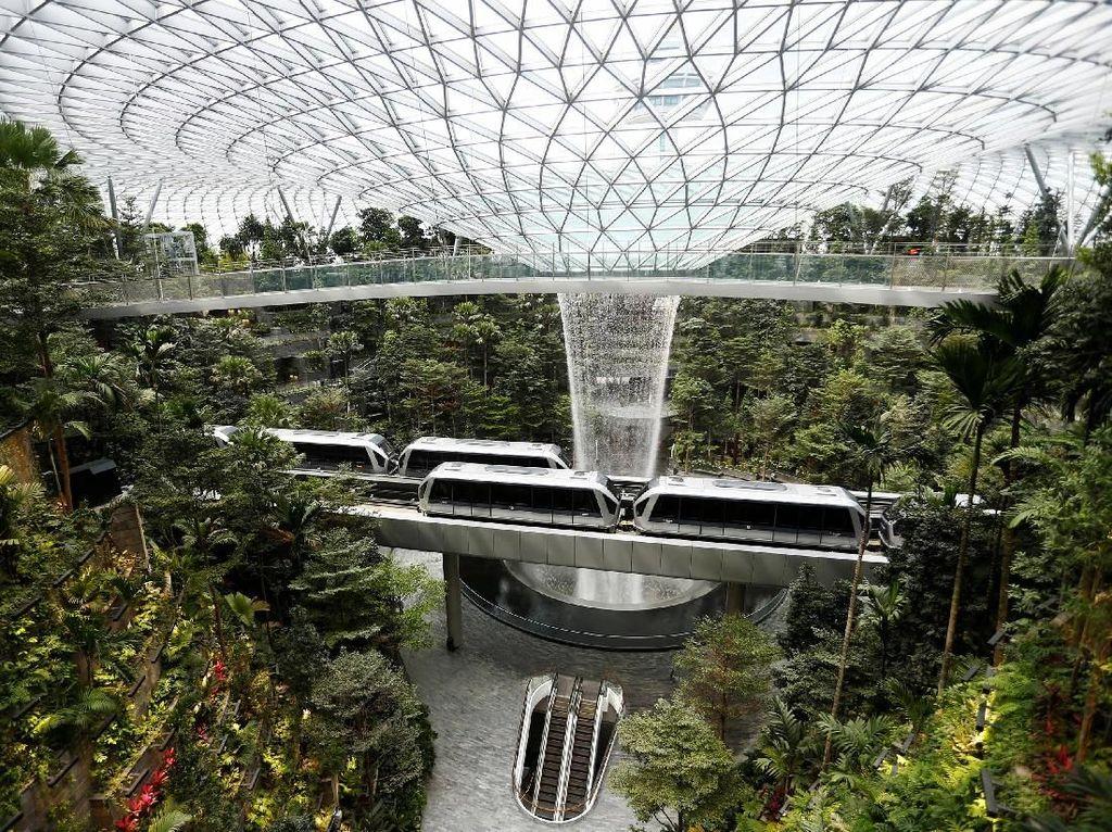 Krnnya lagi,Sebuah skytrain yang menghubungkan berbagai terminal di Bandara Changi itu terlihat melintas di dalam Jewel, Singapura.