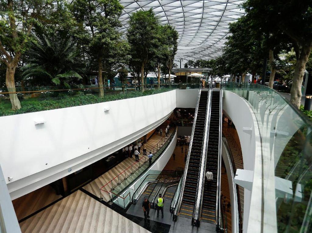 Dengan adanya fasilitas bandara yang lengkap dan akomodasi yang dapat dinikmati oleh pengunjung dan wisatawan, semakin membuat orang betah dan berlama-lama ada disana.