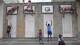 Di Havana, Kuba, anak-anak bermain basket pada suatu instalasi seni yang dibangun oleh dua seniman Spanyol, Martin dan Sicilia. (REUTERS/Fernando Medina)