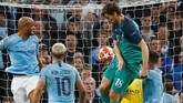 Kegembiraan Manchester City buyar di menit ke-73 karena Fernando Llorente mencetak gol lewat sundulan kepala. Sempat ditelaah lewat VAR karena dugaan handball, wasit Cuneyt Cakir mengesahkan gol tersebut. (Reuters/Jason Cairnduff)