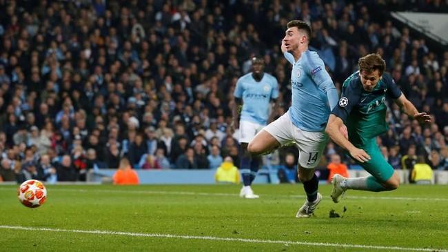 Aymeric Laporte seperti demam panggung ketika Man City melawan Tottenham. Bek asal Prancis itu melakukan blunder di gol pertama dan gagal menjaga Fernando Llorente mencetak gol penentu Tottenham lolos. (REUTERS/Andrew Yates)