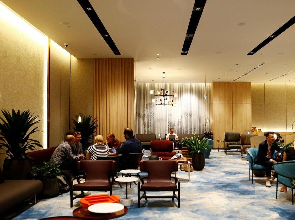 Para pengunjung menikmati waktu senggang sambil duduk di lounge Jewel Changi Airport yang baru dan nyaman.