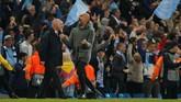 Manajer Manchester City Pep Guardiola sudah berteriak dan melompat merayakan gol kelima tersebut. (REUTERS/Andrew Yates)
