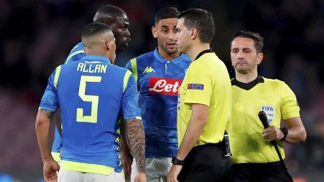 Pemain-pemain Napoli melakukan protes kepada wasit Ovidiu Hategan. (Action Images via Reuters/Matthew Childs