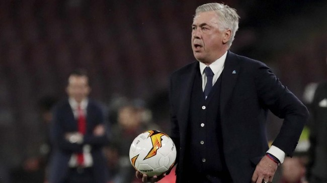 Pelatih Napoli Carlo Ancelotti memberikan instruksi kepada Piotr Zielinski dan kawan-kawan. (REUTERS/Ciro De Luca)
