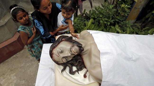 Selain Ekaristi di Gereja, umat Katolik juga memaknai Jumat Agung dengan berpantang dan puasa. (Reuters/Rupak De Chowdhuri)