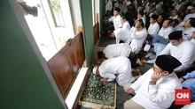 Tak Ditemani Sandi, Prabowo Kembali Sujud Syukur di Al-Azhar