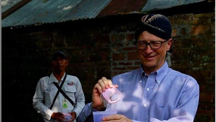 Pakai Blangkon, Bill Gates ke Indonesia Urusi Nyamuk