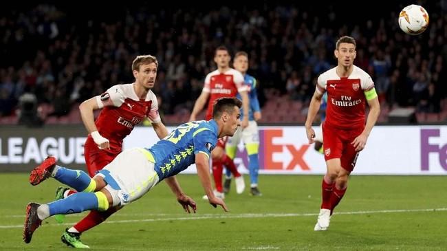 Tertinggal dua gol pada leg pertama, Napoli berupaya keras mencetak gol ke gawang Arsenal yang dikawal Petr Cech. (Action Images via Reuters/Matthew Childs)