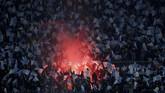 Suporter Napoli menyalakan suar menyambut laga antara klub kesayangan melawan Arsenal di Stadion San Paolo, Naples. (Action Images via Reuters/Matthew Childs)