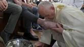 Di Kamis Putih, para pastor juga melakukan pembasuhan kaki sebagai lambang pemimpin yang melayani dan meneruskan teladan Yesus yang juga membasuh kaki para muridNya. Melalui pembasuhan kaki, Yesus memberikan teladan, contoh, dan perintah agar manusia selalu saling mengasihi. (Vatican Media/Handout via Reuters)