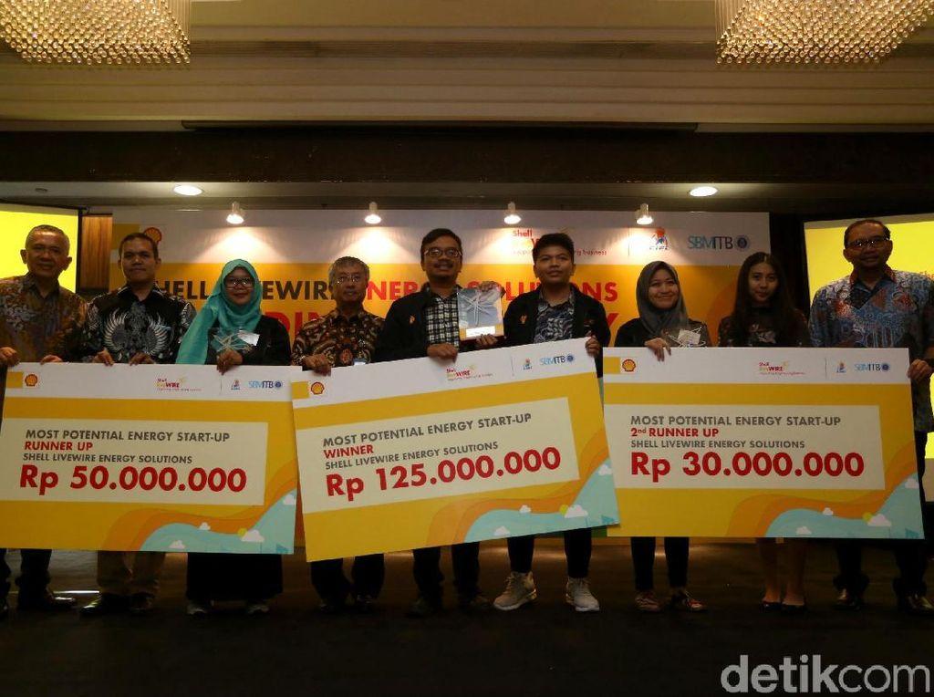 Presiden Direktur & Country Chairman PT. Shell Indonesia Darwin Silalahi (kiri) bersama Dlrjen Energi Baru, Terbarukan & Konservasi Energi Kementerian ESDM FX Sutijastoto (kedua dari kiri) menyerahkan hadiah kepada pemenang pertama senilai 125 juta rupiah di ajang Shell LiveWire Energy Solutions di Jakarta.