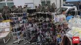 Untuk menjamin kenyamanan pengunjung, tak jarang Petugas Satpol PP berjaga di sekitar trotoar kawasan Kota Tua Jakarta.