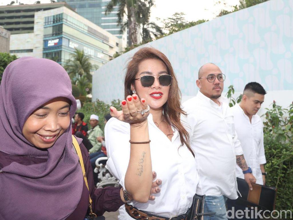Ada juga Olla Ramlan yang ikutan Jokowi naik MRT. Foto: Artis-artis naik MRT bareng Jokowi / Pradita Utama