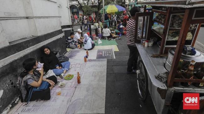 Sayangnya sebagian trotoar digunakan oleh pedagang kaki lima (PKL)sehinggakerap menganggu kenyamanan warga yang mengunjungi kawasan Kota Tua Jakarta.