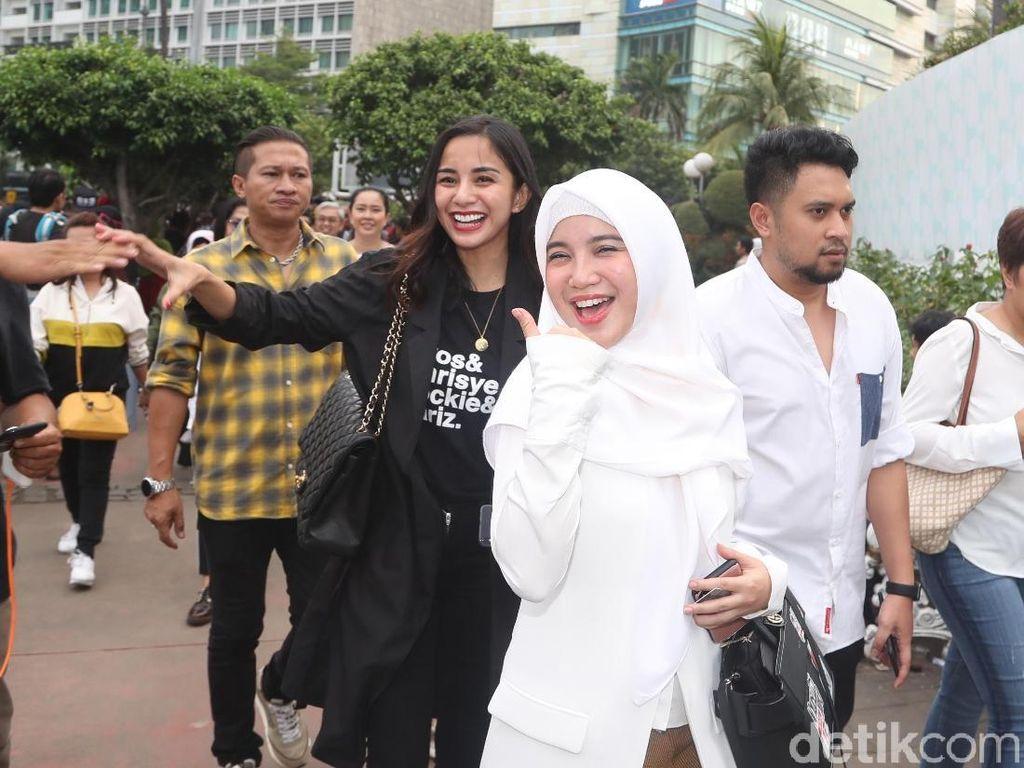 Selain Kirana, ada juga Chacha Frederica yang merupakan pendukung Jokowi. Jokowi yang juga ditemani relawan Jokowi lainnya berjalan kaki dari Grand Indonesia menuju Stasiun Bundaran Hotel Indonesia (HI). Foto: Artis-artis naik MRT bareng Jokowi / Pradita Utama