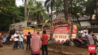 Relawan dan Pedagang Kaki Lima 'Setia' di Depan Rumah Prabowo