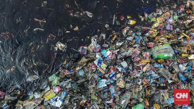 Tak cuma melalui udara, pencemaran sampah, terutama plastik, juga tidak kalah memprihatinkan. Berdasarkan data dari ScienceMag, pada 2015 produksi sampah sudah berada di angka 381 juta ton per tahun. (CNN Indonesia/Bisma Septalisma)