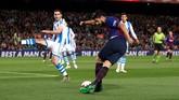 Penyerang Barcelona Luis Suarez melakukan tendangan rabona di dalam kotak penalti Real Sociedad. Barcelona baru mampu memecah kebuntuan pada menit ke-45. (REUTERS/Albert Gea)