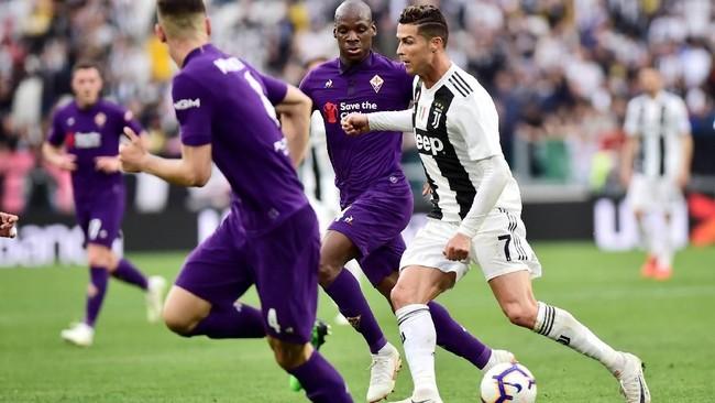 Penyerang bintang Juventus Cristiano Ronaldo harus bekerja keras keluar darikepungan para pemain Fiorentina. (REUTERS/Massimo Pinca)