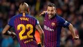 Jordi Alba merayakan gol bersama Arturo Vidal. Keunggulan 2-1 untuk Barcelona atas Sociedad bertahan hingga laga babak kedua usai. (REUTERS/Albert Gea)