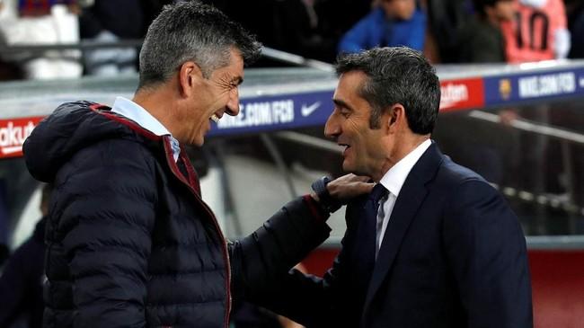 Pelatih Barcelona Ernesto Valverde bersalaman dengan pelatih Real Sociedad Imanol Alguacil sebelum pertandingan di Stadion Camp Nou. (REUTERS/Albert Gea)