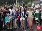 Emak-emak 'Prabowo' Beraksi di KPU, Kirim Kembang Anti-Curang