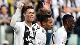 Juventus berbalik unggul 2-1 melalui gol bunuh diri bek Fiorentina German Pezzella yang berusaha memotong umpan silang datar dari Ronaldo. (REUTERS/Massimo Pinca)