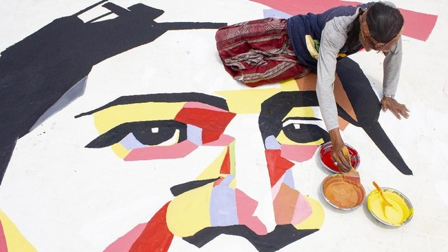 Perupa Aboyz menyelesaikan lukisan wajah Kartini berukuran lima meter x tujuh meter di kawasan Galuh Mas, Karawang, Minggu (21/4). (ANTARA FOTO/M Ibnu Chazar/wsj).