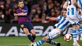 Barcelona hanya butuh dua menit untuk kembali unggul melalui gol Jordi Alba yang melepaskan tendangan keras ke pojok kiri gawang usai menerima umpan Lionel Messi. (REUTERS/Albert Gea)