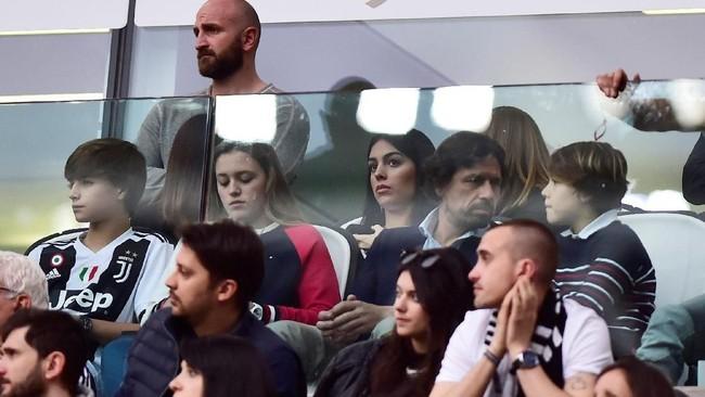 Tampak ketegangan kekasih Ronaldo, Georgina Rodriguez, yang menyaksikan pertandingan dari tribune VIP. (REUTERS/Massimo Pinca)
